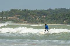 Surfista che guida le onde fotografie stock