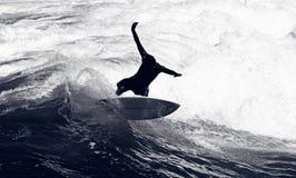 Surfista che guida le onde Fotografia Stock