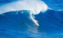 Surfista che guida onda gigante fotografia stock libera da diritti