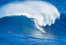 Surfista che guida onda gigante fotografie stock libere da diritti