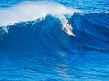 Surfista che guida onda gigante Fotografia Stock