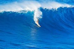 Surfista che guida onda gigante immagini stock libere da diritti