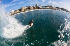 Surfista che pratica il surfing la baia di Ballito fotografia stock