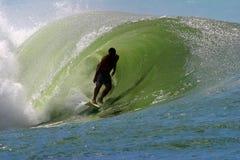 Surfista che pratica il surfing un'onda della tubazione Immagini Stock Libere da Diritti