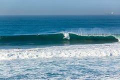 Surfista che pratica il surfing Wave fotografia stock