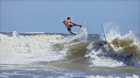 Surfista che rompe un movimento Fotografia Stock
