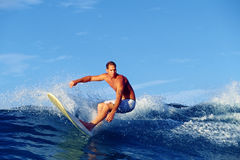 Surfista Chris Gagnon che pratica il surfing in Waikiki Hawai immagine stock