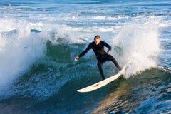 Surfista Chris Sanders Surfing al vicolo California del vapore immagini stock libere da diritti