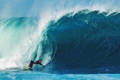 Surfista CJ Hobgood che pratica il surfing alla conduttura in Hawai Fotografia Stock Libera da Diritti
