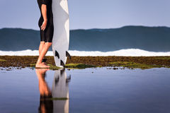 Surfista com prancha em um litoral Imagens de Stock