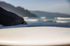 Surfista con il suo bordo sulla spiaggia immagine stock libera da diritti