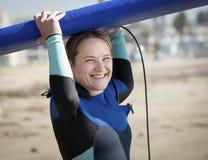 Surfista da mulher que guarda a placa azul foto de stock royalty free