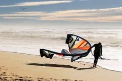 Surfista del cervo volante sulla spiaggia Fotografia Stock