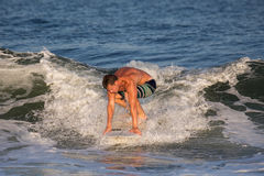 Surfista del giovane che pratica il surfing Wave Fotografia Stock Libera da Diritti