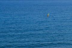 Surfista del vento lontano sull'antenna dell'oceano Fotografia Stock Libera da Diritti