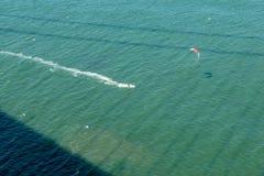 Surfista dell'aquilone al di sotto di golden gate bridge immagini stock libere da diritti