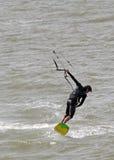 Surfista dell'aquilone che esegue le acrobazie Immagine Stock
