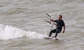 Surfista dell'aquilone che esegue le acrobazie Fotografia Stock