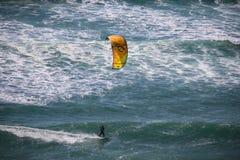 Surfista dell'aquilone che pratica il surfing un'onda fotografie stock libere da diritti