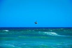 Surfista dell'aquilone che salta dall'acqua Fotografia Stock
