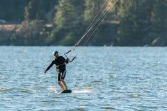 Surfista dell'aquilone sul fiume Columbia immagini stock