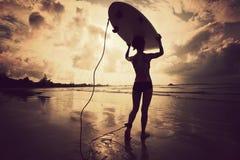 Surfista della donna con il surf bianco Fotografie Stock