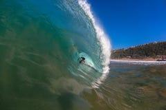 Surfista dentro da grande onda   Imagem de Stock Royalty Free