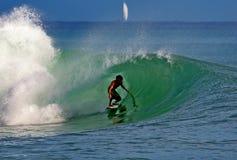 Surfista Derek Lyons-Wolfe que surfa em Havaí imagem de stock royalty free