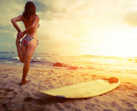 Surfista di signora sulla spiaggia Fotografia Stock