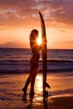 surfista di tramonto della ragazza Fotografia Stock Libera da Diritti