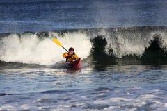 Surfista do caiaque na ação Fotografia de Stock Royalty Free
