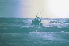 Surfista do papagaio Boarding Estilo livre de Kitesurf toned foto de stock royalty free