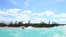 Surfista do papagaio no oceano que faz o truque acima da câmera vídeos de arquivo