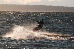 Surfista do papagaio que aprecia a velocidade e o sol Fotos de Stock Royalty Free
