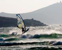 Surfista do vento que salta uma onda Imagens de Stock Royalty Free