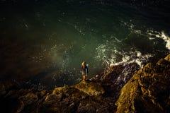 Surfista em rochas acima da água clara fotografia de stock royalty free