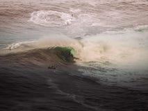 Surfista em uma onda grande Fotos de Stock