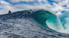 Surfista em uma onda grande Imagens de Stock