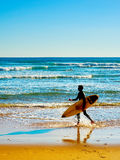 Surfista em uma praia imagem de stock royalty free