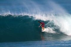 Surfista Ian Walsh che pratica il surfing nei supervisori della conduttura Fotografie Stock