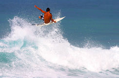Surfista Jason Honda que surfa em Waikiki, Havaí Foto de Stock