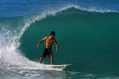 Surfista Kai Rabago che pratica il surfing alla spiaggia di Waikiki fotografie stock libere da diritti