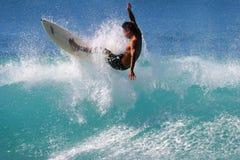 Surfista Kai Rabago che pratica il surfing a Honolulu Hawai Fotografia Stock