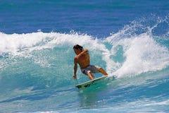 Surfista Kalani Robb que surfa Honolulu, Havaí imagens de stock
