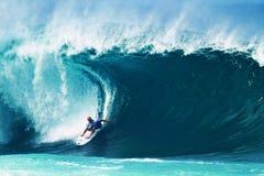 Surfista Kelly Slater que surfa o encanamento em Havaí
