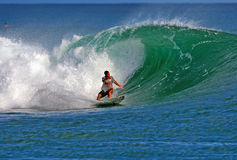 Surfista Makua Rothman que surfa em Havaí imagem de stock