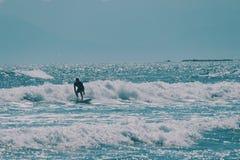 Surfista maschio nell'oceano, concetto del fondo di estate immagine stock libera da diritti
