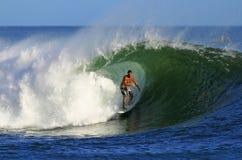 Surfista Mike Akima che pratica il surfing vicino a Waikiki, Hawai Fotografie Stock Libere da Diritti