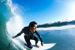Surfista na onda de oceano azul Imagem de Stock Royalty Free