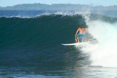 Surfista na onda, Indonésia imagens de stock